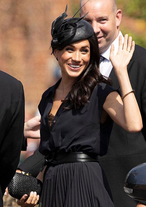 Phần áo trong của Nữ công tước xứ Sussex bị lộ khi cô giơ tay vẫy chào các khách mời và người hâm mộ. Ảnh: Beretta.