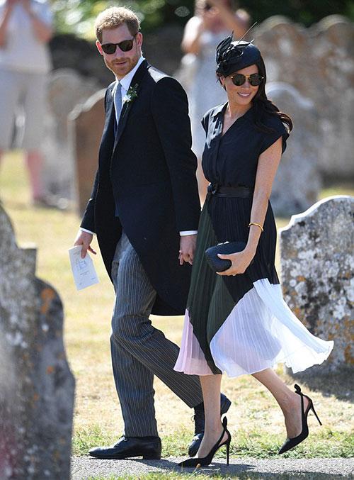 Vợ chồng Công tước xứ Sussex cùng đeo kính đen ton sur ton, tình tứ nắm tay nhau tại đám cưới. Ảnh: PA.