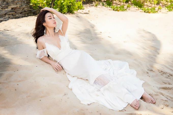 Hoa hậu Đỗ Mỹ Linh thả hồn trong gió biển.