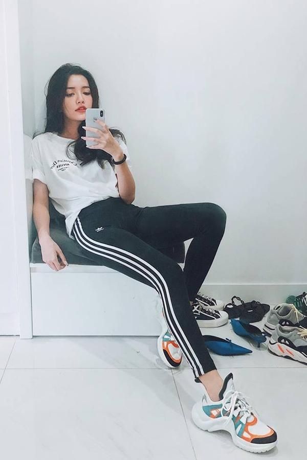 Bích Phương mê mẩn phong cách nữ tính phồi cùng đôi giày phom dáng lạ của Louis Vuitton.