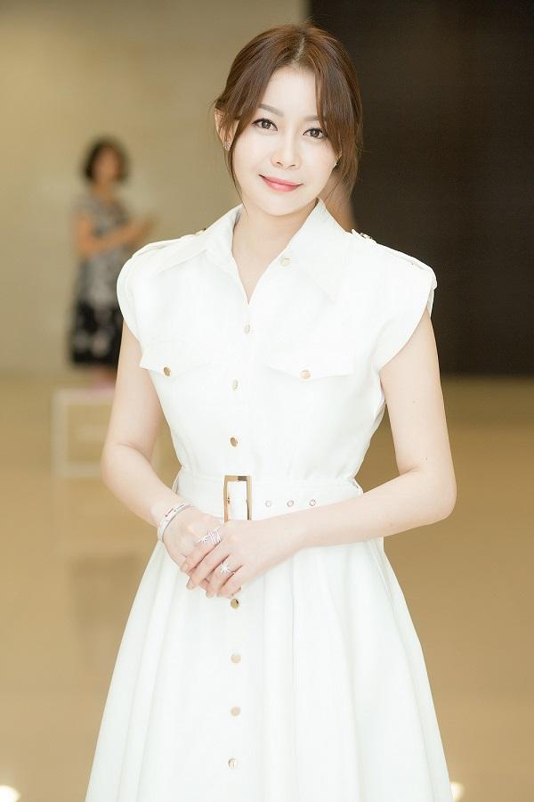 Doanh nhân Hải Dương thu hút ánh nhìn với sự trẻ trung, thần thái rạng rỡ. Bộ cánh màu trắng của nhà thiết kế Chung Thanh Phong cũng giúp cô tôn lên vẻ thanh lịch, sang trọng.