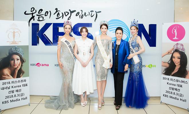 Miss Universe Korea 2017 Cho Se-whee, Miss World Korea 2017 Kim Ha-eun và đương kim Miss Supranational Jenny Kim, bà chủ HD Korea Clinic và doanh nhân Hải Dương cùng chụp ảnh.