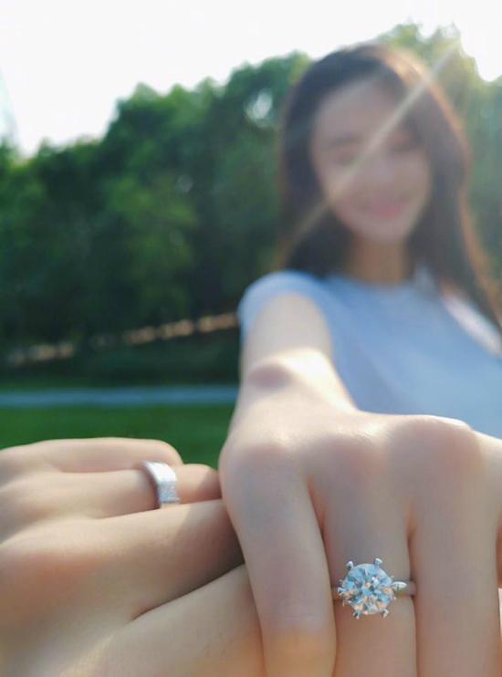 Trương Hinh Dư với chiếc nhẫn cầu hôn lấp lánh.