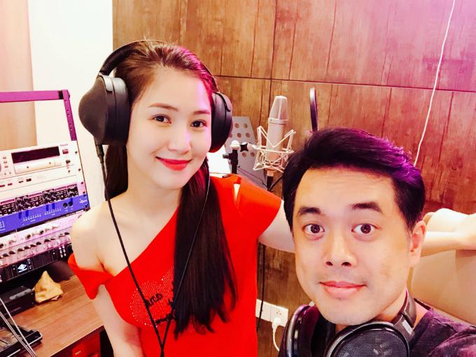 Hương Tràm chụp ảnh cùng nhạc sĩ Dương Khắc Linh, úp mở chuẩn bị có bài hát mới.