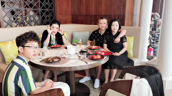 Á hậu Huyền My dẫn bố mẹ và em trai đi ăn tại một nhà hàng nổi tiếng.