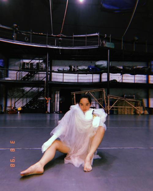 Kaity Nguyễn lấy váy múa ballet trùm lên người tạo dáng ngồisexy.