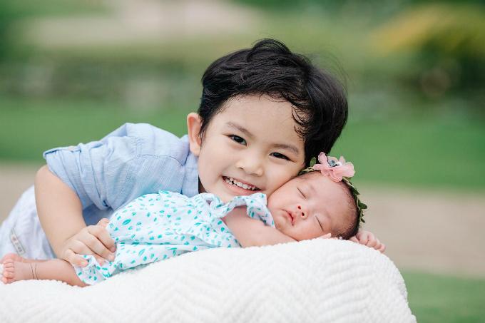 Khánh Thi khoe anh hai con giống y như bố Phan Hiển.