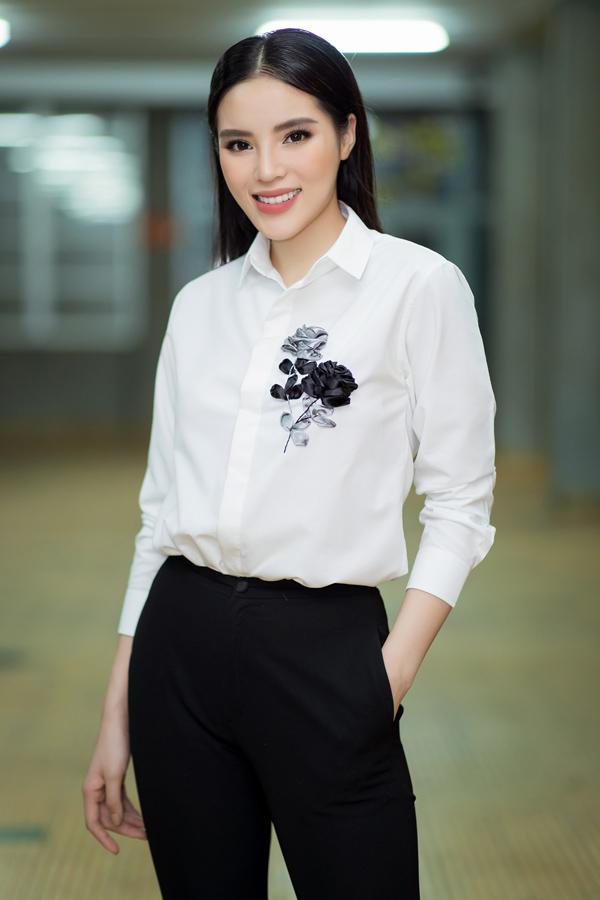 Kỳ Duyên chia sẻ, cô ý thức phải chọn trang phục kín đáo, năng động khi tới trò chuyện, giao lưu với sinh viên.