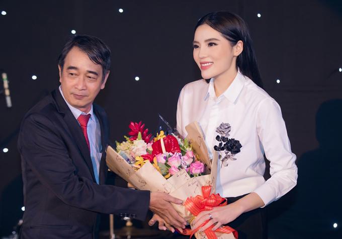 Kỳ Duyên được tặng hoa trong sự kiện. Cô đại diện cho bệnh viện thẩm mỹ của bác sĩ Chiêm Quốc Thái trao 100 triệu đồng hỗ trợ các sinh viên có hoàn cảnh khó khăn.