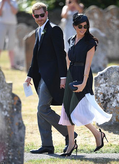 Hôm qua (4/8), Hoàng tử Harry và vợ sánh vai nhau tới đám cưới người bạn thân Charlie van Straubenzee tại nhà thờ St Mary the Virgin ở Frensham, hạt Surrey, chỉ 3 tháng sau khi họ chính thức trở thành vợ chồng hôm 19/5.