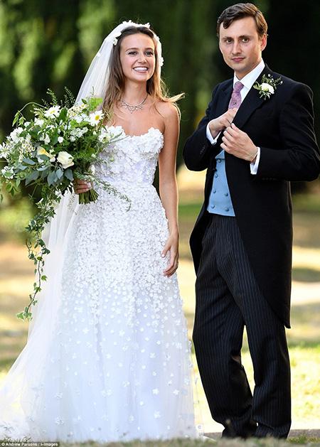 Van Straubenzee, 30 tuổi, là một trong số những người chịu trách nhiệm đón tiếp khách ở đám cưới của vợ chồng Harry, nhưng trong đám cưới anh hôm qua, Hoàng tử Harry đã được chọn làm phù rể. Van và hoàng tử 33 tuổi nước Anh trở thành bạn của nhau sau khi cùng học ở trường Ludgrove ở Berkshire. Cả Van và anh trai Thomas, 35 tuổi, đều rất thân thiết với anh em Harry.