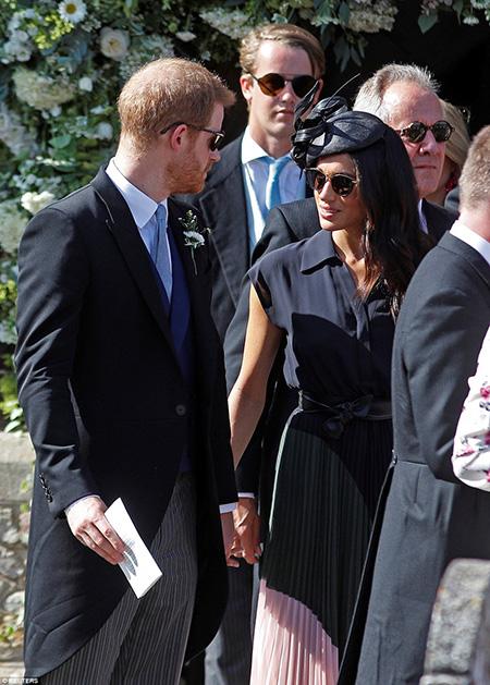 Giống như những lần xuất hiện ở các sự kiện trước đây, cặp đôi hoàng gia vẫn thể hiện tình yêu bằng cách nắm chặt tay nhau.