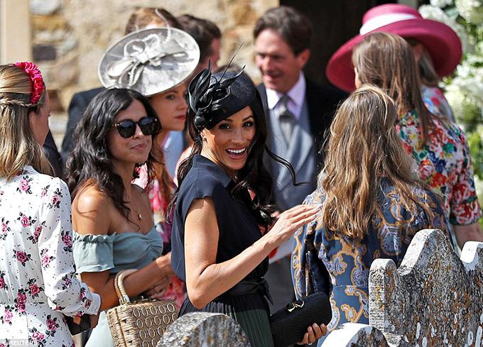 Nữ Công tước xứ Sussex cười đùa bên ngoài nhà thờ cùng các khách mời khác trước khi vào bên trong tham dự lễ cưới.