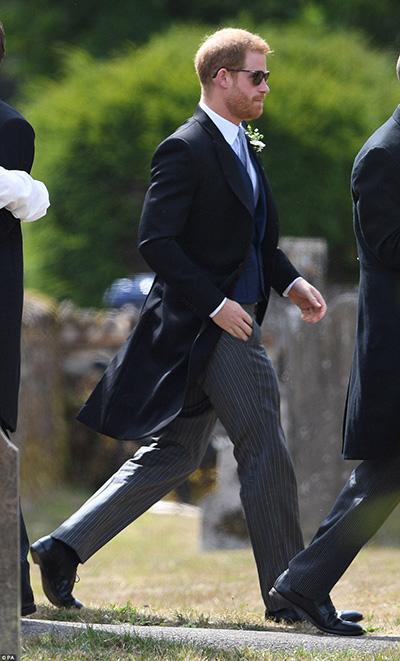 Hoàng tử Harry bảnh bao với bộ vest tuxedo trong vai trò phù rể ở đám cưới.