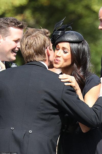 Meghan trở thành nhân vật được chú ý tại buổi lễ, khi các khách mời nhanh chóng tiến tới để chào hỏi sau khi nhìn thấy cô.