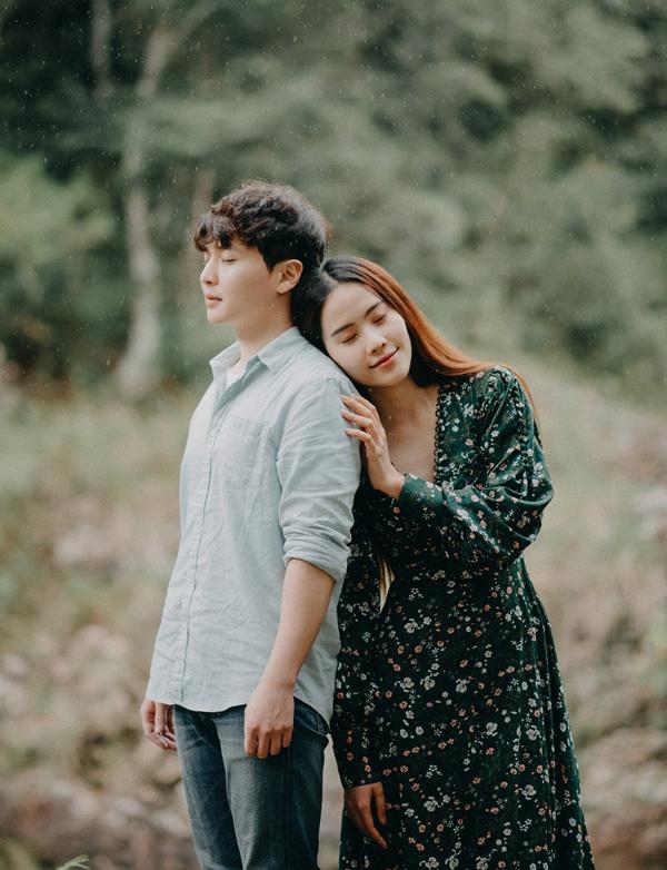 Cặp đôi có những khoảnh khắc lãng mạn, tựa đầu, kề vai giữ thiên nhiên.