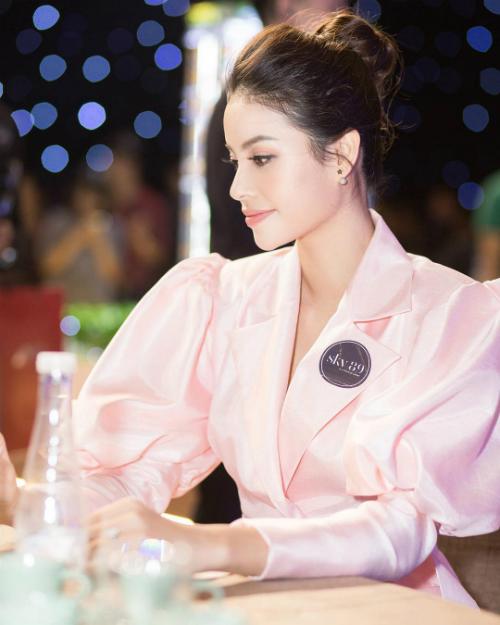 Hoa hậu Phạm Hương tạo dáng với góc nghiêng thần thánh.