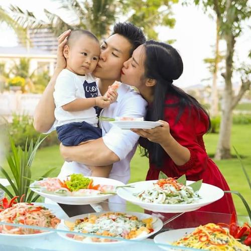 Vợ chồng Quốc Nghiệp hạnh phúc bên con trai ngày cuối tuần.