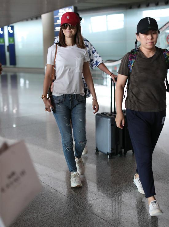 Lâm Tâm Như tươi tắn khi được cánh ký giả hỏi thăm. Mỹ nhân Đài Loan tiết lộ cô giữ gìn hình thể đẹp nhờ việc tập luyện yoga đều đặn.