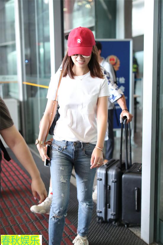 Lâm Tâm Như để mặt mộc, phục trang giản dị tại sân bay - 3