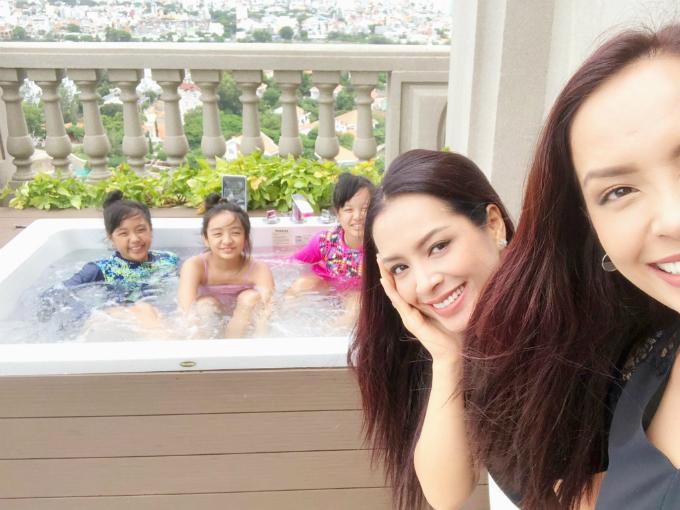 Chị em Thúy Hằng- Thúy Hạnh selfie cùng các con.