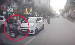 Ôtô tông xe máy rồi bỏ chạy, gây tai nạn liên hoàn trên phố Hà Nội