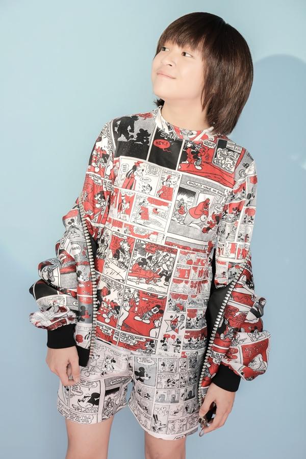 Trong bộ ảnh mới, quán quân Vietnam Idol Kids - Thiên Khôi diện các trang phục in họa tiết hoạt hình độc đáo của nhà thiết kế Hà Nhật Tiến. Những nhận vật Disney quen thuộc gắn liền với ký ức tuổi thơ nhiều thế hệ như: chuộc Mickey, vịt Donal... được sắp xếp khéo léo cùng kỹ thuật in hiện đại.