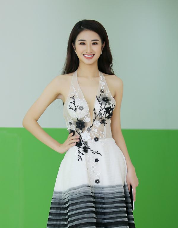Xuất hiện tại buổi họp báo chiều 31/7, Hoa hậu Bản sắc Việt toàn cầu 2016 Thu Ngân đánh mất sức hút do bộ đầm lộ rõ hai miếng xốp ngực kém duyên.