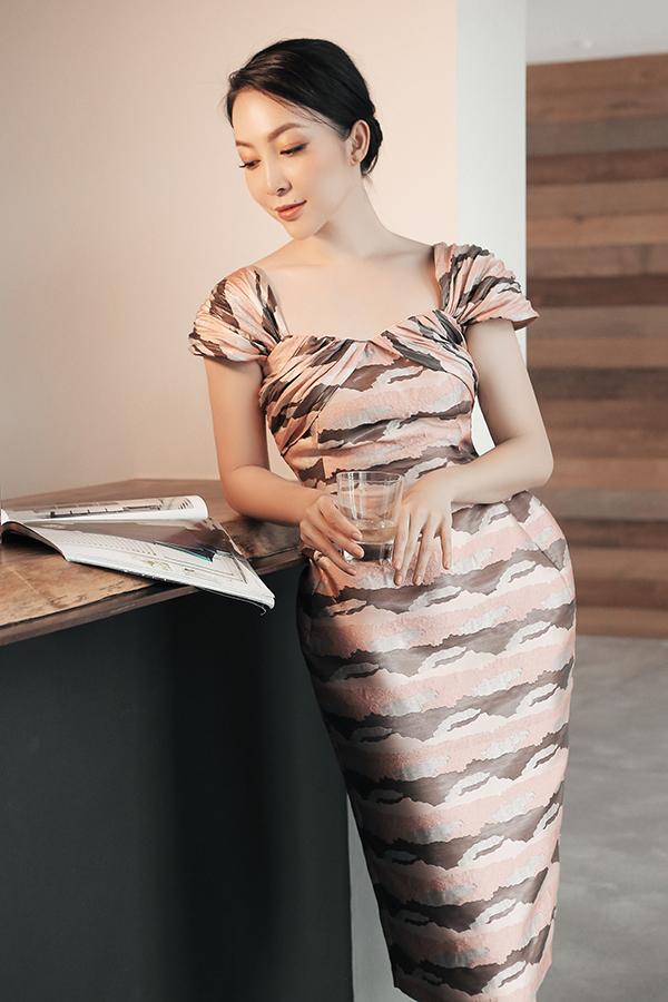 Trong bộ sưu tập mới, Phương My tiếp tục giới thiệu các mẫu đầm tôn đường cong đồng hồ cát với những biến tấu đa dạng.
