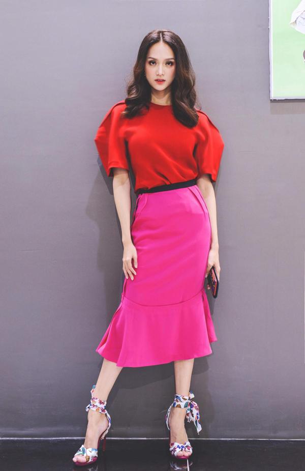 Đôi sandal buộc nơ họa tiết màu mè của Hương Giang kết hợp cùng trang phục rực rỡ khiến vẻ ngoài của hoa hậu chuyển giới rối mắt, đồng thời đôi chân bị phân khúc.