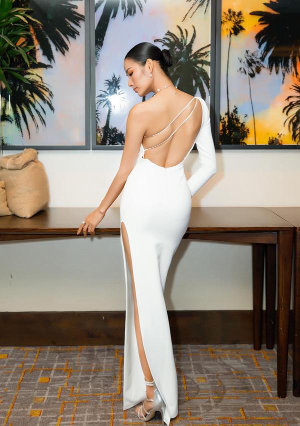 Thiết kế khoét lưng và đường xẻ cao giúp Á hậu Hoàng Thùy phô diễn vẻ quyến rũ.