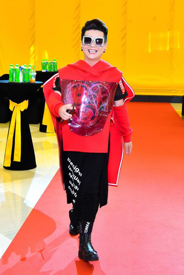 Ca sĩ Vũ Hà không được đánh giá cao khi diện set đồ rườm rà, đeo kính nữ tính.