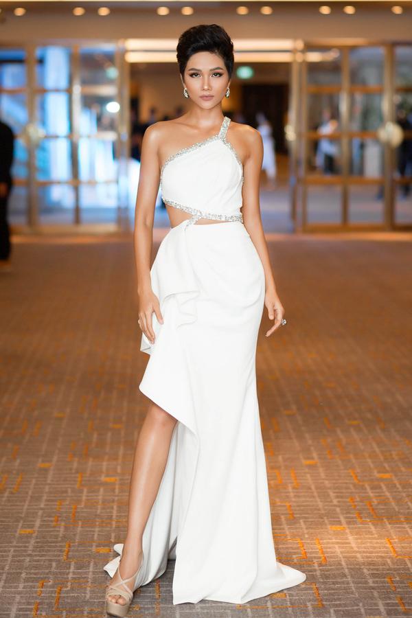 Hoa hậu HHen Niê cũng gợi cảm không kém với mẫu váy trắng cắt xẻ độc đáo của NTK Linh San.