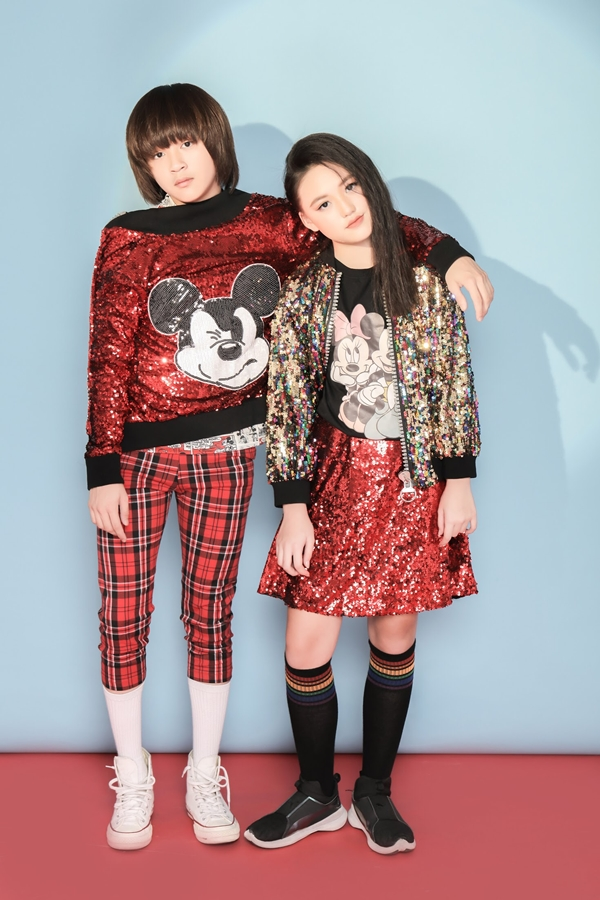 Đồng hành cùng Thiên Khôi trong bộ ảnh là mẫu nhíJenny Lê. Cả hai từng hợp tác trong một MV trước đó nên dễ dàng diễn xuất với nhau.