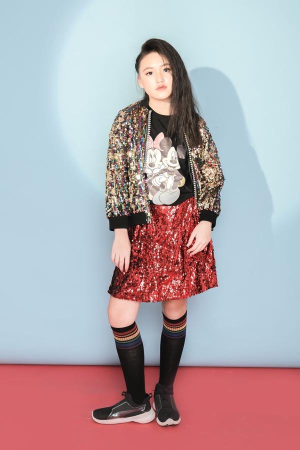 Jenny cũng lựa chọn các trang phục nữ tính và có chất liệu sequin tạo điểm nhấn nổi bật.