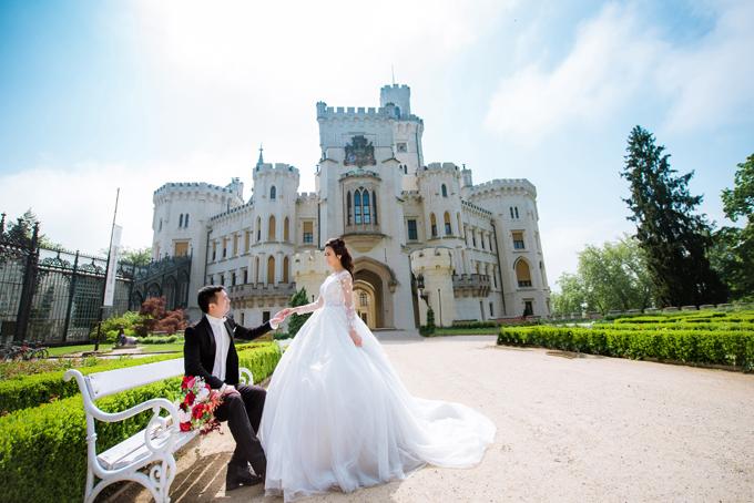 Ảnh cưới của cả hai được chụp chủ yếu ở lâu đài Hluboka, Cộng hòa Séc, gợi lên bối cảnh của một chuyện tình cổ tích.Cô dâu tình cờ tìm thấy ekip chụp hình trên facebook và rất ưng ý với thành quả sau ngày dài chụp ảnh. Vào mùa hè năm 2008, Bích Hồng được bố mẹ đón sang Cộng hòa Séc định cư. Khi ấy Văn Lâm cũng vừa tới nơi đâylập nghiệp. Lần đầu cả hai gặp gỡ ở tiệm làm tóc mà anh đang theo học. Lúc đó anh là chàng trai vừa tròn 20 còn tôi mới chỉ 10 tuổi, cô dâu tiết lộ.