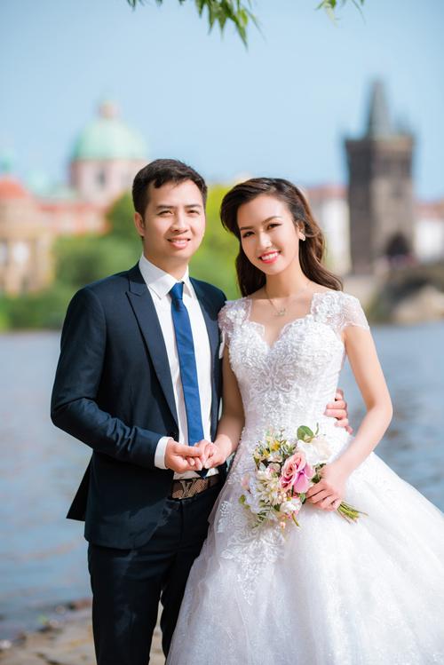 Chú rể Nguyễn Văn Lâm và cô dâu Lưu Bích Hồng hiện sinh sống ở Cộng hòa Séc. Cô dâu ví von mối tình của cả hai giống như một câu chuyện cổ tích.