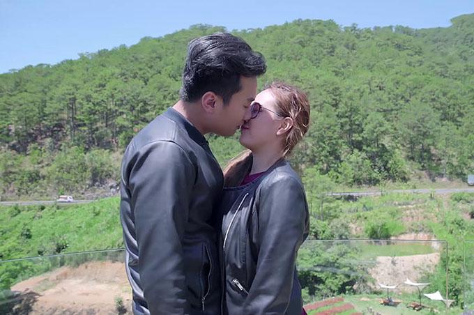 Phương Hằng và bạn diễn Anh Tuấn có nhiều cảnh tình cảm trong phim Gạo nếp gạo tẻ.