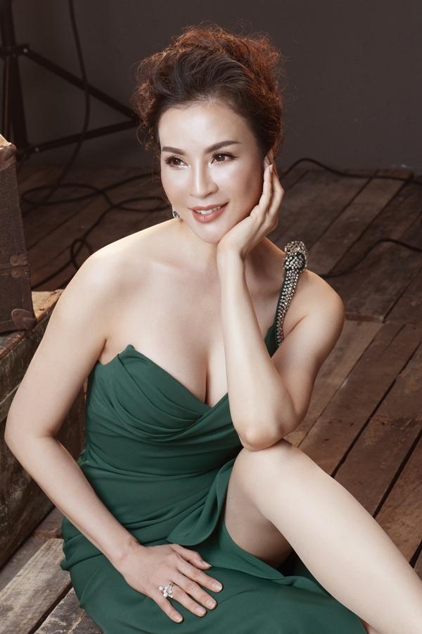 Chiếc váy cúp ngực giúp MC Thanh Mai khoe khéo vòng môt gợi cảm.Gam màu xanh đang gây bãocũng góp phần tôn lên làn da trắng mịn của Thanh Mai.