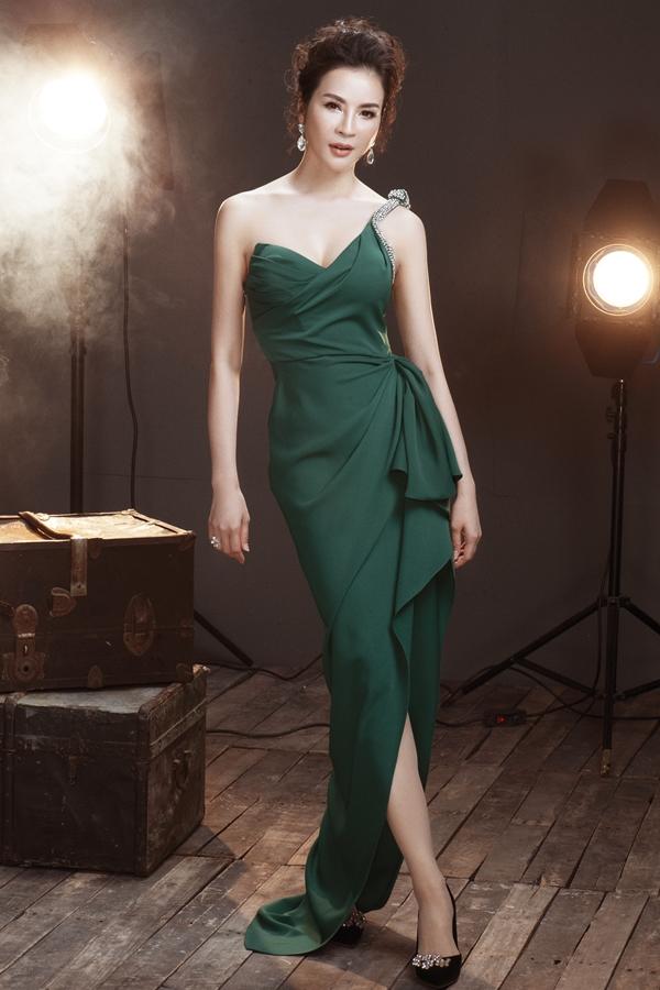 Với những kiểu váy cúp ngực, MC Thanh Mai gợi ý kiểu tóc uốn, búi cao giúp các quý cô trông sang trọng, quý phái hơn.