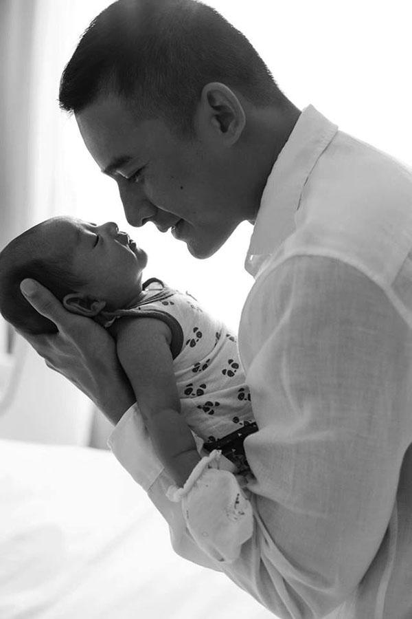 Trước khi con trai chào đời, Lương Thế Thành đã gác lại mọi dự án để chăm sóc vợ và học các kỹ năng chăm sóc em bé. Thúy Diễm cho biết, ông xã có thể làm mọi việc như tắm rửa, bế ẵm, cho bú... chuyên nghiệp hơn cô rất nhiều.