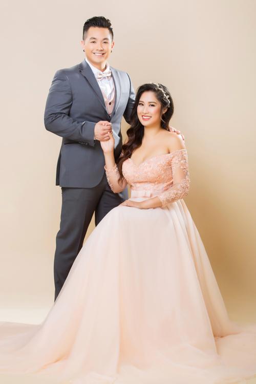 Bộ đồ three-piece của chú rể đồng điệu với cô dâu nhờ áo ghi-lê và nơtông hồng cam. Thiết kế áo cứng cáp gợi vẻ nam tính, lịch lãm cho chú rể.