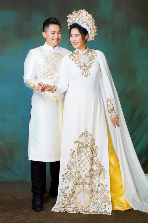 Áo dài cưới của uyên ương mang đậm nét truyền thống Á Đông, được may bằng vải silk tuyết có độ co giãn, đính kết hoa văn cung đình màu vàng đồng.Hôm 9/6, người đẹp đã tổ chức đám cướicùng bạn trai Việt kiều ở Nam California, Mỹ.