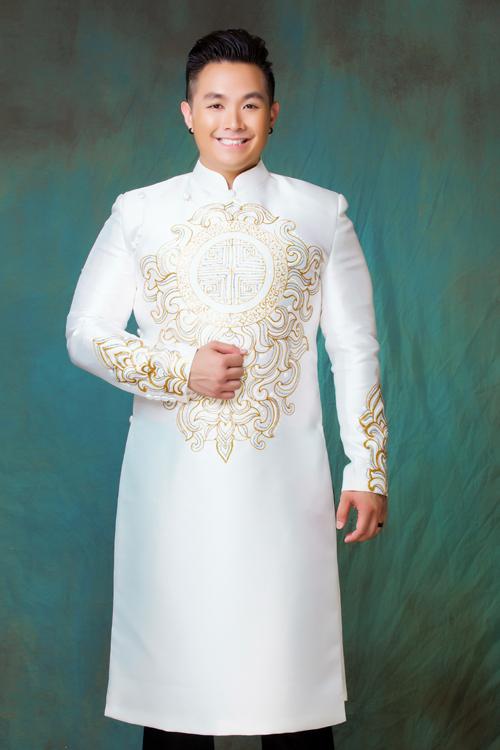 Chiếc áo dài có màu trắng ngà thay vì trắng tinh có ưu điểm phù hợp với người có vóc dáng cao to. Nhà thiết kế dựng áo dài nam theo phom áo vest với cầu vai ngang, chất liệu taffeta cứng cáp.