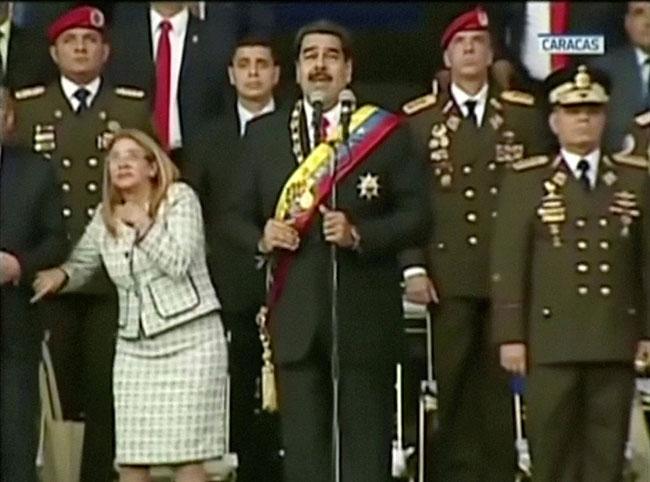 Tổng thống Venezuela cùng vợ và các quan chức cấp cao nghe thấy tiếng nổ giữa bài phát biểu kỷ niệm 81 năm ngày thành lập Lực lượng Phòng vệ quốc gia hôm 4/8. Ảnh: Reuters.