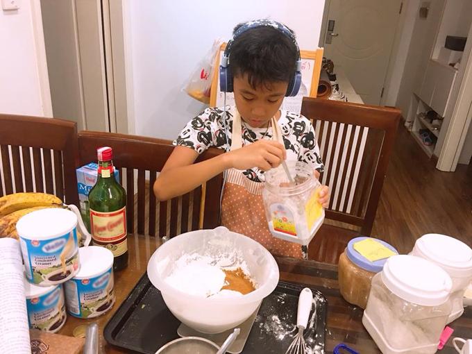 Cậu bé Bốp khởi nghiệp từ món bánh chuối nướng được mẹ truyền dạy. Mỗi khi vào bếp, Bốp thích vừa nghe nhạc Sơn Tùng M-TP vừa nhào bột, đánh trứng.