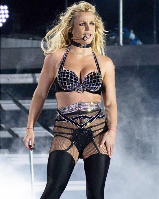 Britney trên sân khấu lễ hội Brighton Pride ở Brighton tối 4/8.