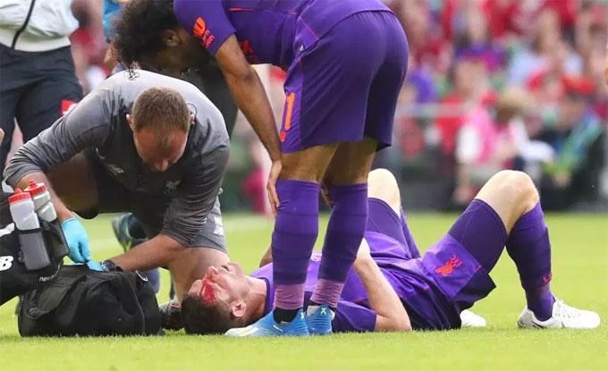 Milner bê bết máu sau khigặp chấn thương. Ảnh: TS.