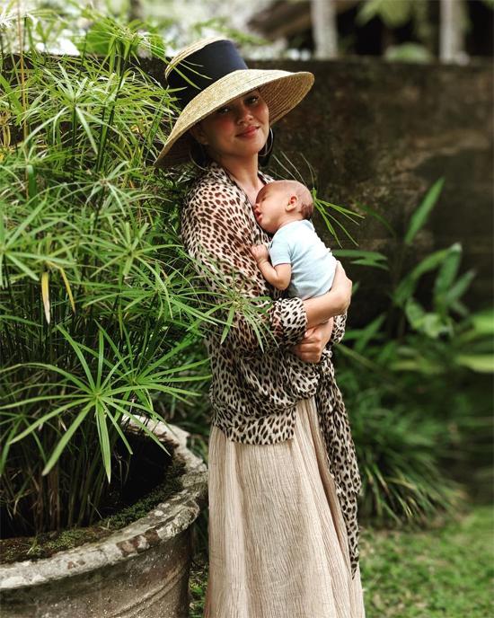 Chrissy Teigen bế con trai 2 tháng tuổi ở Bali.