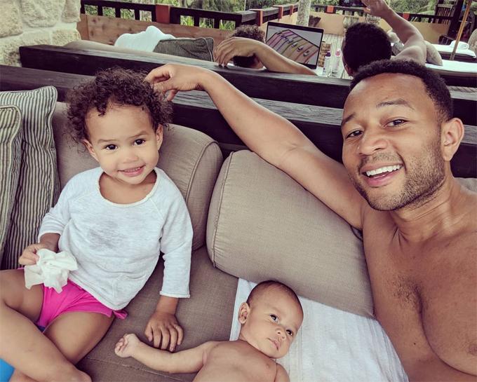 Chồng Chrissy - ca sĩ John Legend - và hai con nhỏ trong kỳ nghỉ ở Bali.